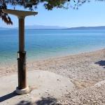 Živogošče Blato - sprchy na pláži, Chorvatsko